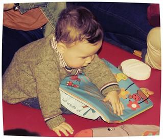 Pequerrecho disfrutando dos contos na bebeteca de Os Rosales