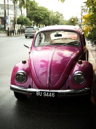 在市镇上看到的复古甲虫车,粉红色,好有爱