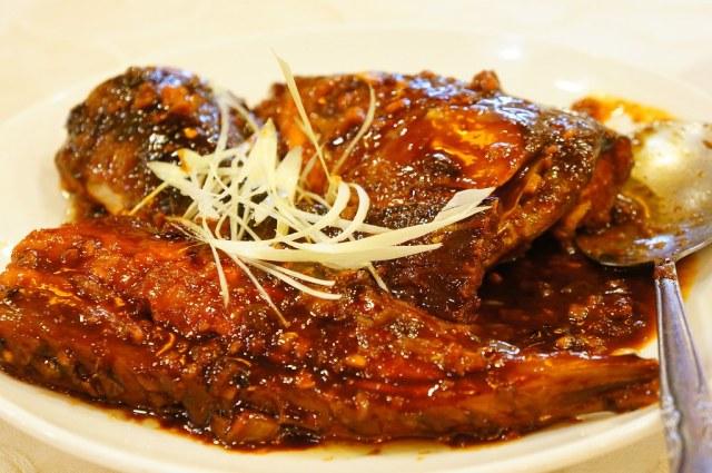紅燒下巴與紅燒划水,外頭紅燒得味道不錯,可惜魚肉有點糊糊的...