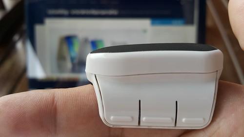 ปุ่มกดแทนปุ่มเมาส์ ซ้าย กลาง ขวา และที่ว่างด้านบนเป็น Touch area ทำหน้าที่เหมือน Scroll wheel