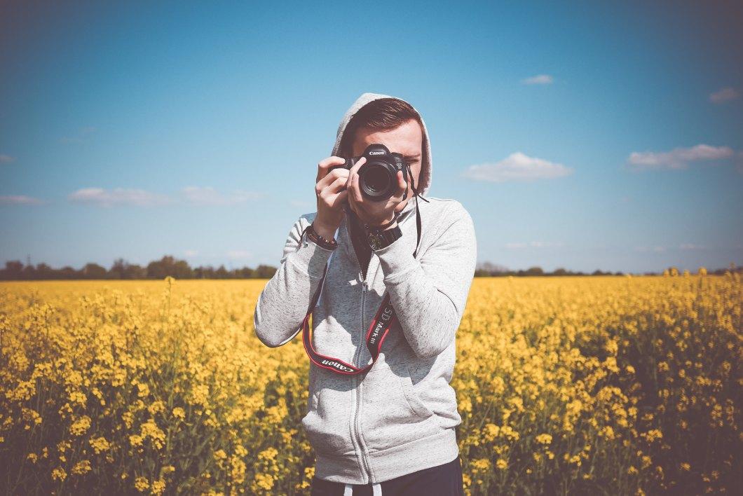 Imagen gratis de un fotografo tomando una foto en el campo