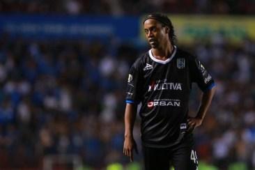 Ronaldinho recibió un permiso especial para viajar a su país, pero no se ha reportado. Foto Jam Media