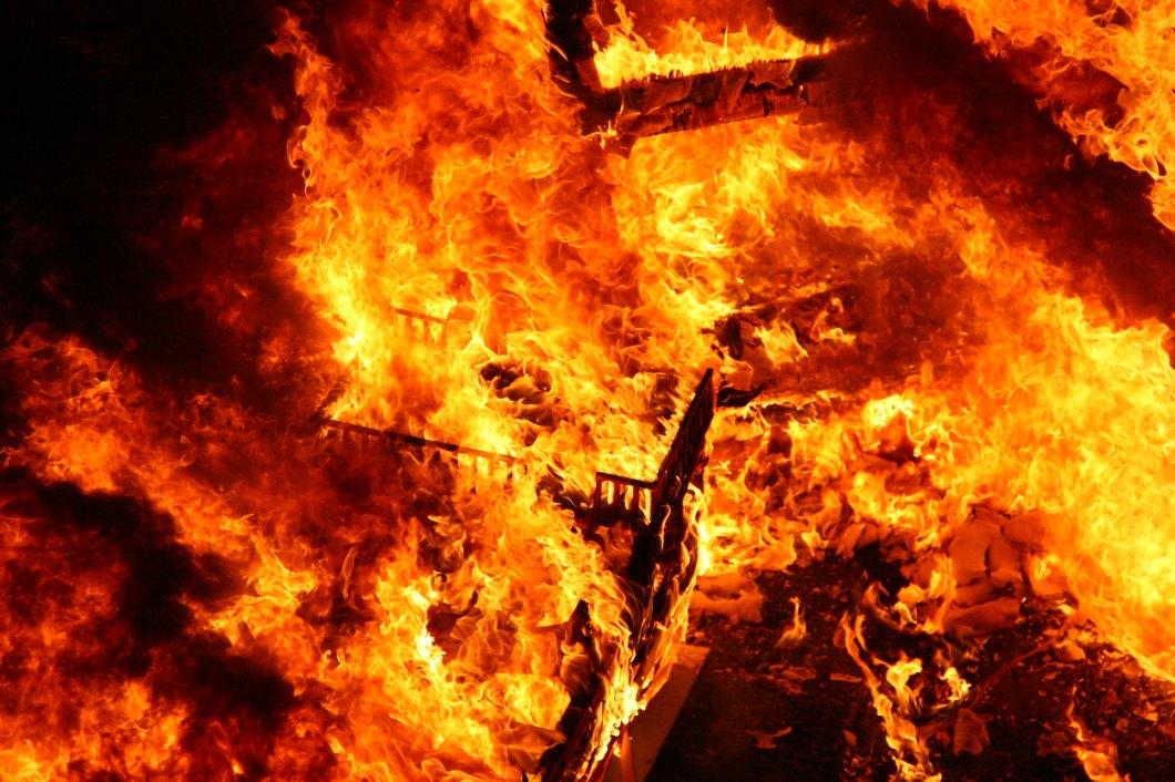 Una falla ardiendo en la vorágine del fuego