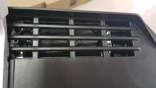 ลำโพงสเตริโอของ Sony Bravia KDL-40W600B จะอยู่ด้านใต้ของหน้าจอทั้งสองข้าง