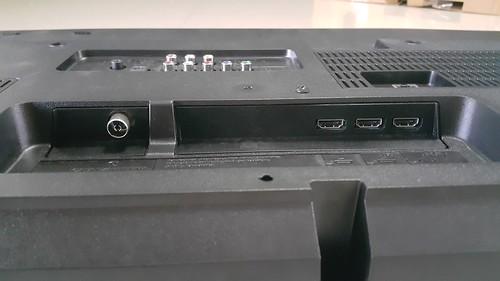 ช่องต่อเสาอากาศ และพอร์ต HDMI x 3