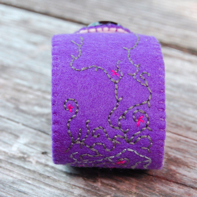 embroidered felt cuff 'purple' [#9]