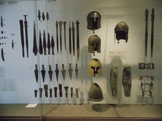 Capacetes e lanças greco-romanas