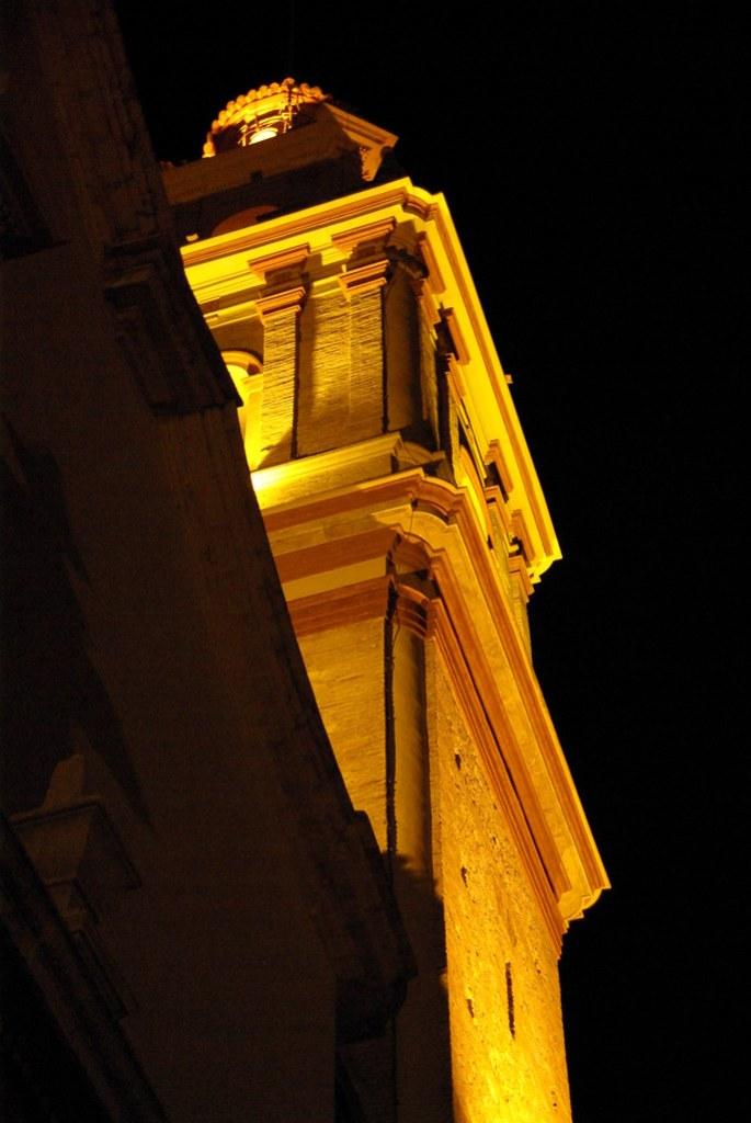 Imagen gratis de un campanario de iglesia de noche