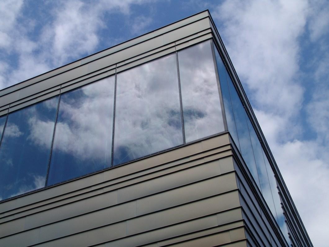 Foto gratis del cielo reflejado en un edificio