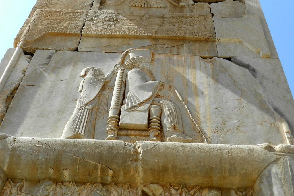 relieve entrada Palacio de las 100 Columnas Rey en trono ejerce su poder de Ahuramazda Persepolis Iran 12