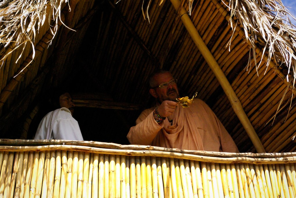Paramadwaiti Swami y Lwntana Nakoggi hacen un ritual de purificación de la casa de reposo