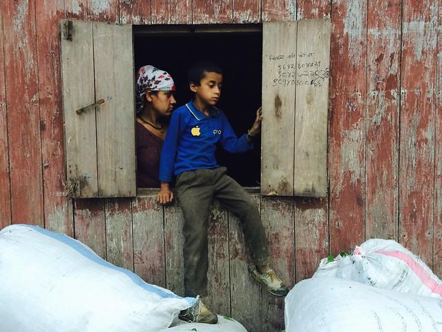 Фермеры сдают собранный чайный лист на фабрики