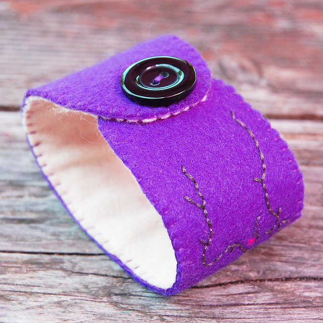 embroidered felt cuff 'purple' [#9]
