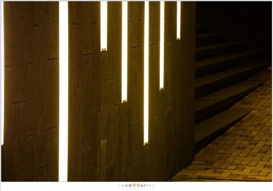 Lichtbalken onder het spoor