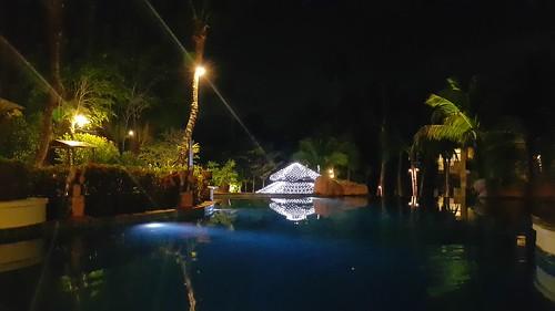 วิวสระว่ายน้ำเวลากลางคืนของ Karon Horizon Beach Resort and Spa