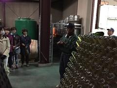 スパークリングワインの澱を溜める工程について説明を受ける