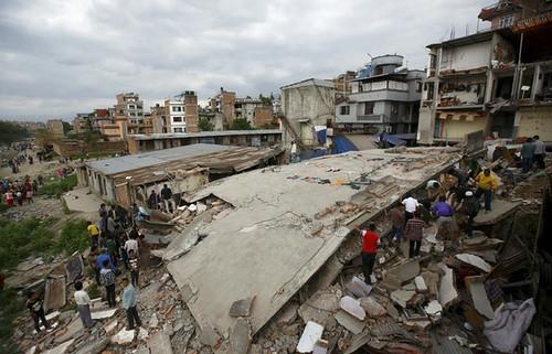 Personas en Katmandú intentan ayudar tras el sismo ocurrido en Nepal. Foto Reuters