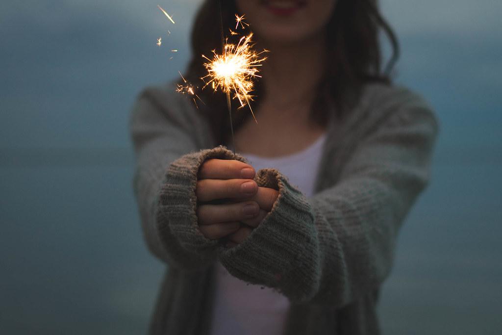 Imagen gratis de una chica con una bengala encendida