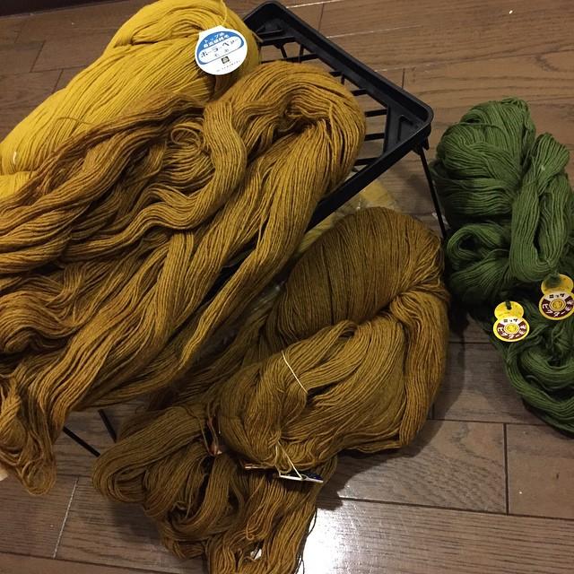 なんだこれ圧巻!! 奥の黄色がポーラーベァー毛糸?丸紅飯田株式会社って書いてある。250gかせ×2。 手前の黄土色はカネボウ、これも同じぐらい×2。 みどりは少し小さいけど150-200はありそう。ニッケビクター! 防虫加工って書いてあるけどどのぐらい持つの…ww