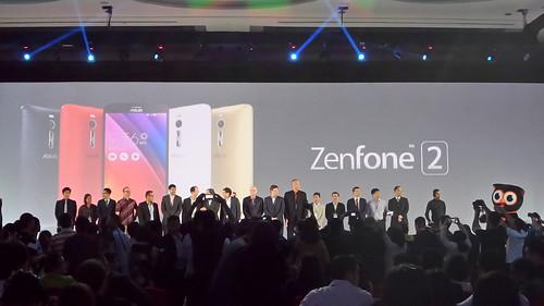 ผู้บริหารร่วมกันถ่ายรูปปิดงานแถลงข่าวเปิดตัว Asus Zenfone 2