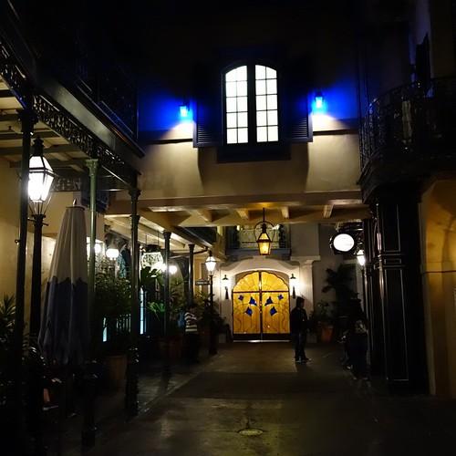 ニューオーリンズスクエアの階段あったところは、Club 33の新しい入り口になって閉鎖。