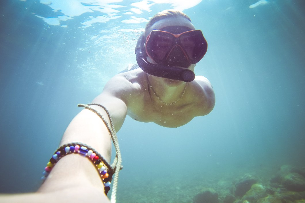 Imagen gratis de un chico haciendo snorkel