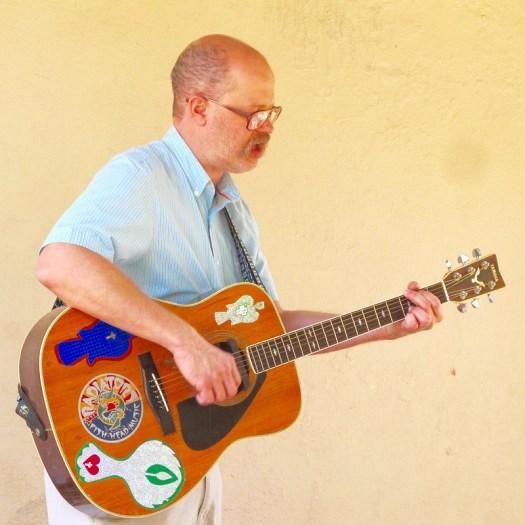 Mo singing w guitar