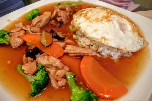 香菇雞腿燉飯,雞肉很軟嫩,湯汁給的多,預設的白飯不多,不過可以無限續加..