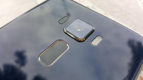 กล้อง แฟลช และตัวอ่านลายนิ้วมือของ ASUS Zenfone 3 ZE520KL