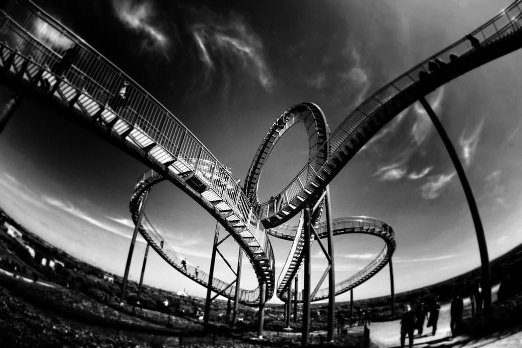 Imagen gratis de una montaña rusa en blanco y negro