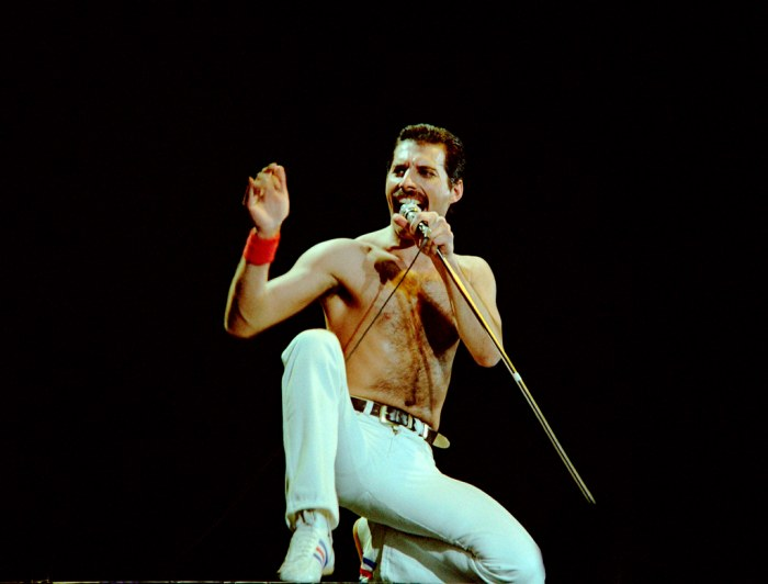 In 1981, Freddie Mercury was still using a mike with the cable. Credit: GVM