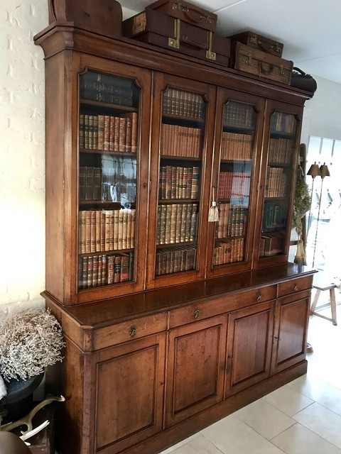 Donkerbruine antieke boekenkast met boeken