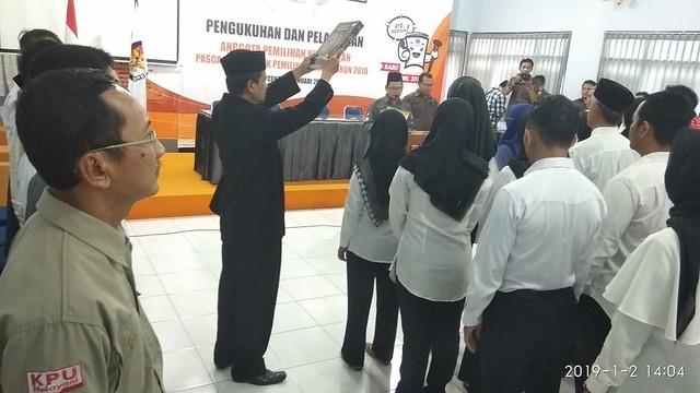 Suasana Pelantikan Anggota PPK Pemilu 2019 se Kabupaten Tulungagung di Gedung Media Center KPU Tulungagung (2/1)