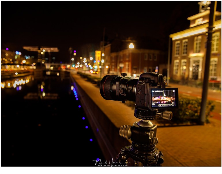 De Canon EOS R met TS-E 2mm f/3,5L II in een nachtelijke stad. Dit levert geen enkel probleem op met een EVF of LCD scherm