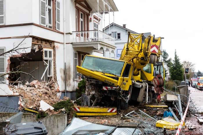 Kranwagen kracht in Firmengebäude in Bad Soden 04.03.19