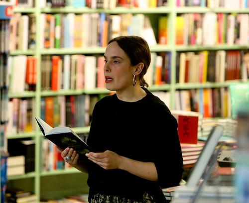 Matilda Södergran, nominerad till Sveriges Radios Lyrikpris 2019, läste ur sin senaste diktsamling Överlevorna i Söderköpings Bokhandel på fredagskvällen.