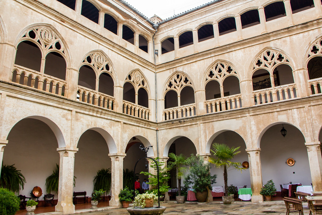 patio gotico Hotel Hospederia Real Monasterio de Guadalupe Caceres 02
