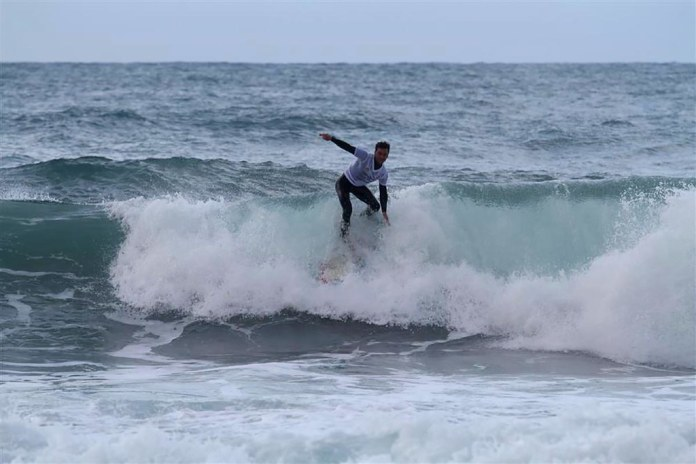 Sörfçüler Alanya'da mücadele etti