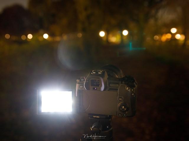 Het LCD scherm van een Canon EOS R in de nacht. Dit scherm is zo fel dat je letterlijk verblind wordt wanneer je aan het donker gewend bent.