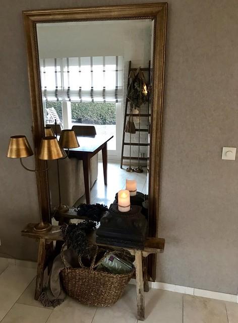 Houten bankje voor spiegel rieten tas
