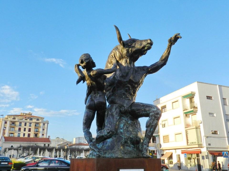 Escultura La doncella y el Minotauro Coria Caceres 01