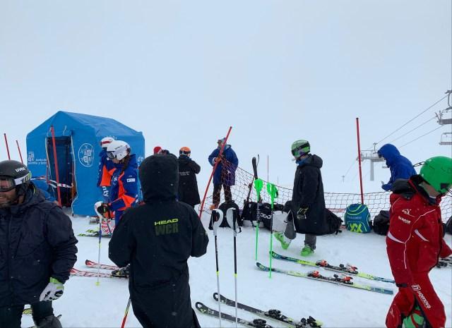 Esquiadores esperando