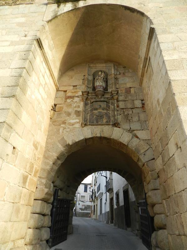 Puerta de la Guía de la Ciudad o de las Cuatro Calles muralla Coria Caceres 01