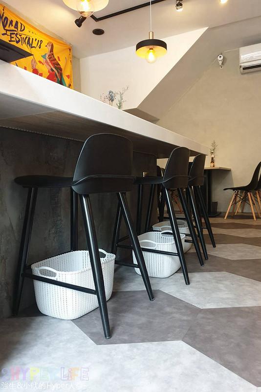 33548266118 2594a010d4 c - 王甲咖啡│店內氛圍放鬆的下午茶好地點!肉桂捲是招牌必點,而且老闆闆娘還是型男正妹呦~