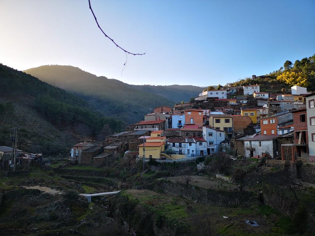 Vista de Aceitunilla alqueria del concejo de Nuñomoral Senda de Buñuel Las Hurdes Cáceres