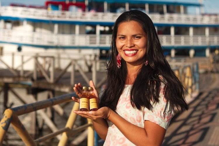 Mariane Chaves com o Mani-Oara; bebida criada a partir dos saberes da comunidade aliado ao conhecimento acadêmico - Créditos: Bob Barbosa