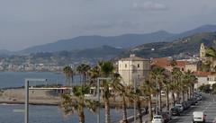 Vista verso la Torre ennagonale di Santo Stefano al Mare (IM, Liguria, Italia). Passeggiata dalla Torre degli Aregai a Riva Ligure, lungo il Parco costiero Riviera dei Fiori.