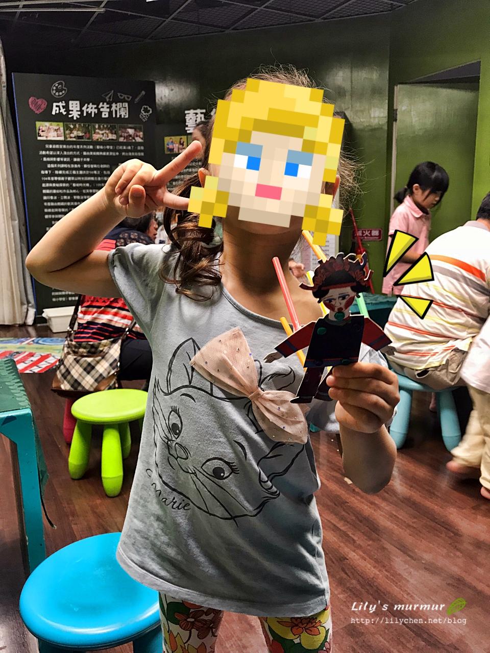 讓小孩參與做出關節可動的紙偶,小妮很有成就感!