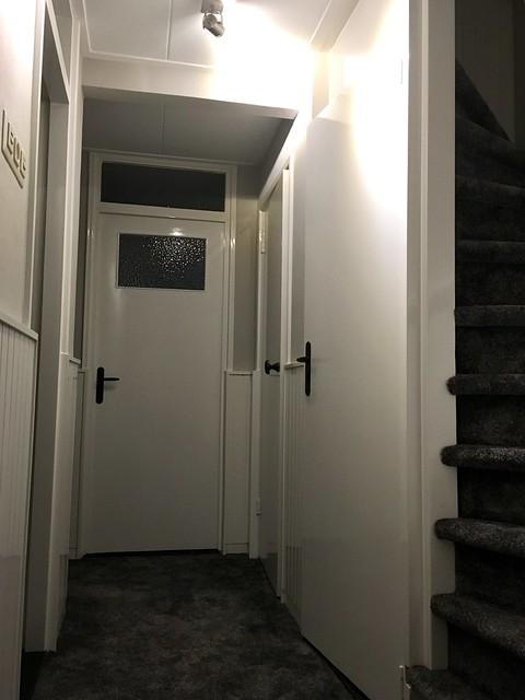 Tapijt hal witte deuren
