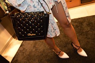 Detalhes do look de Bruna Esposito, bolsa e scarpin Carmen Steffens